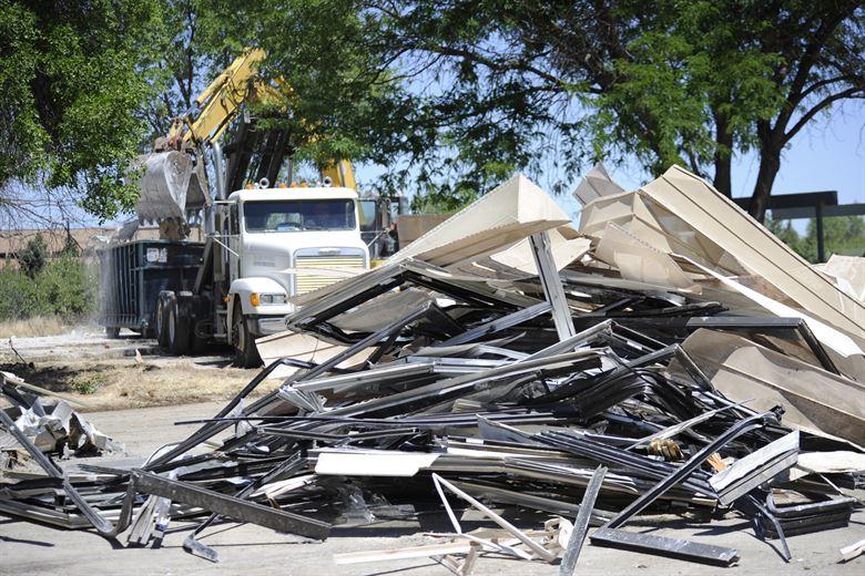 Строительные отходы загружают в грузовик