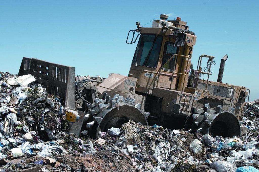 Каток-уполотнитель на мусорном полигоне