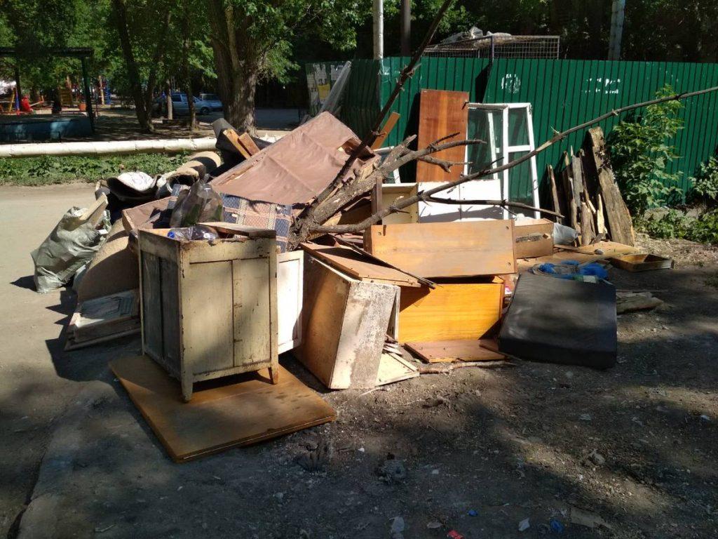 Крупные отходы: тумба, полки, ветки