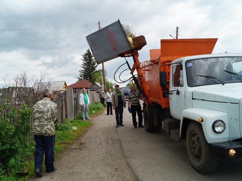 Фото погрузки мусора в мусоровоз