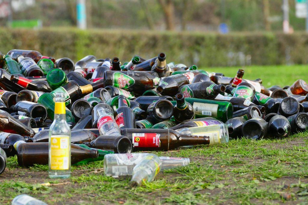 Разбросанные бутылки