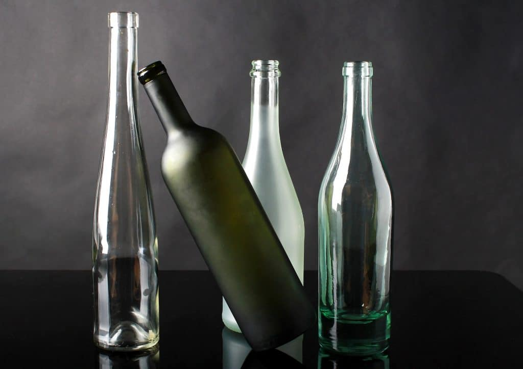 Стеклянные бутылки разных цветов