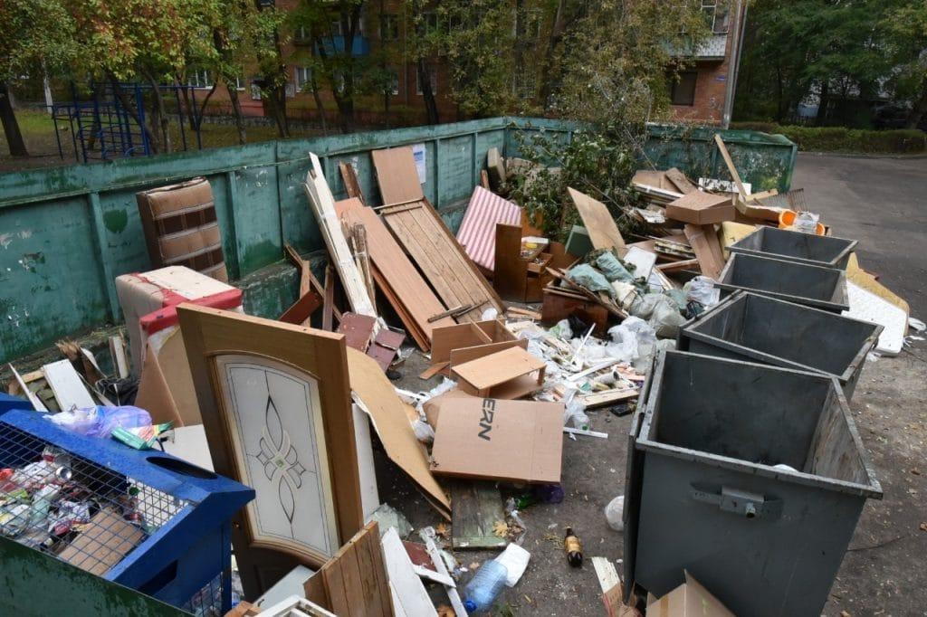 Крупный мусор и двери на мусорной площадке