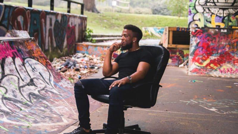 Фотография мужчины сидящего в кресле на улице