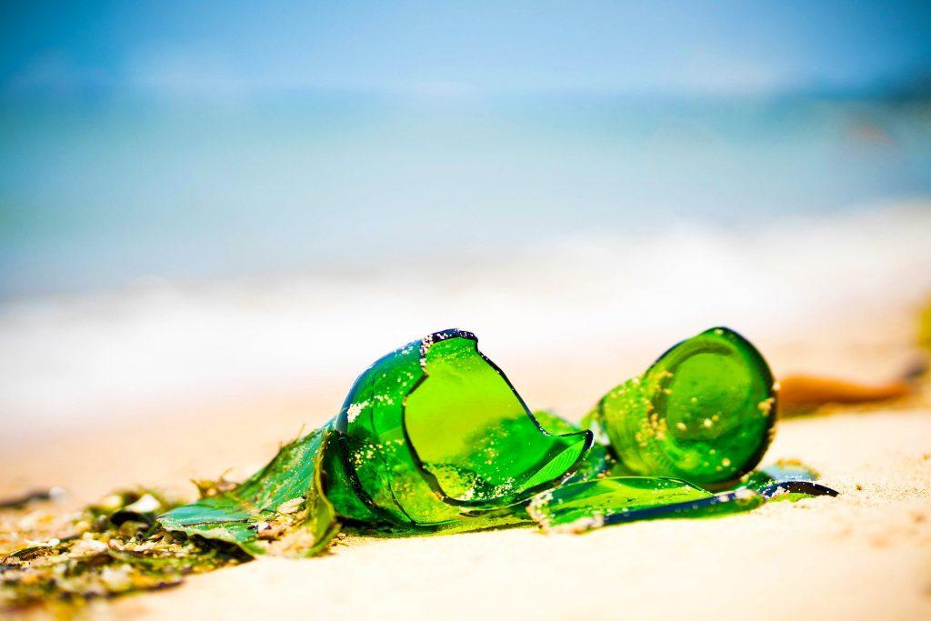 Разбитая бутылка на пляже