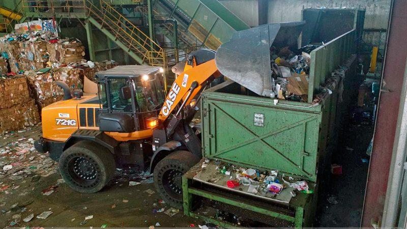 Загрузка мусора в питатель фронтальным погрузчиком
