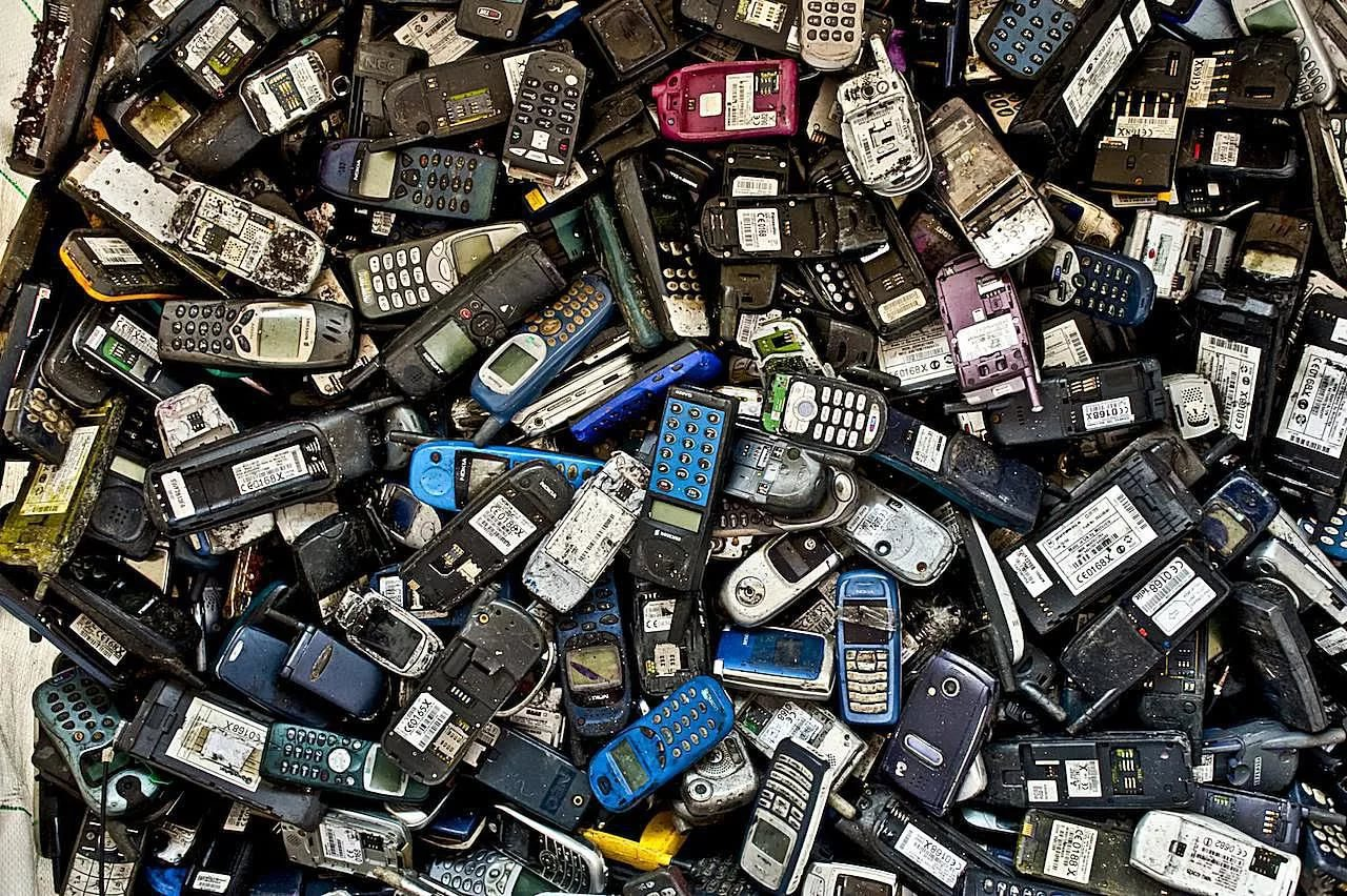 Процесс утилизации телефонов