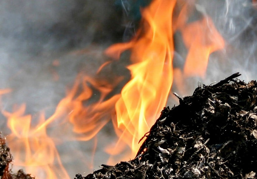 Правила сжигания мусора во дворе частного дома и ТБО на заводе