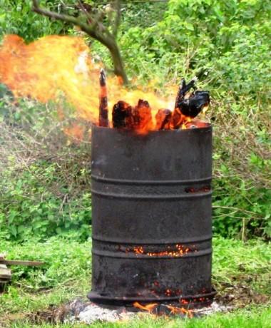 Как сжигать мусор на участке в бочке или другой емкости