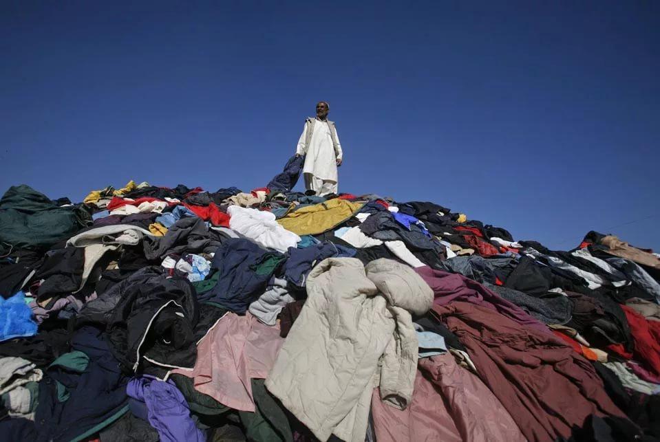 Вред для окружающей среды одежды, выброшенной на свалку