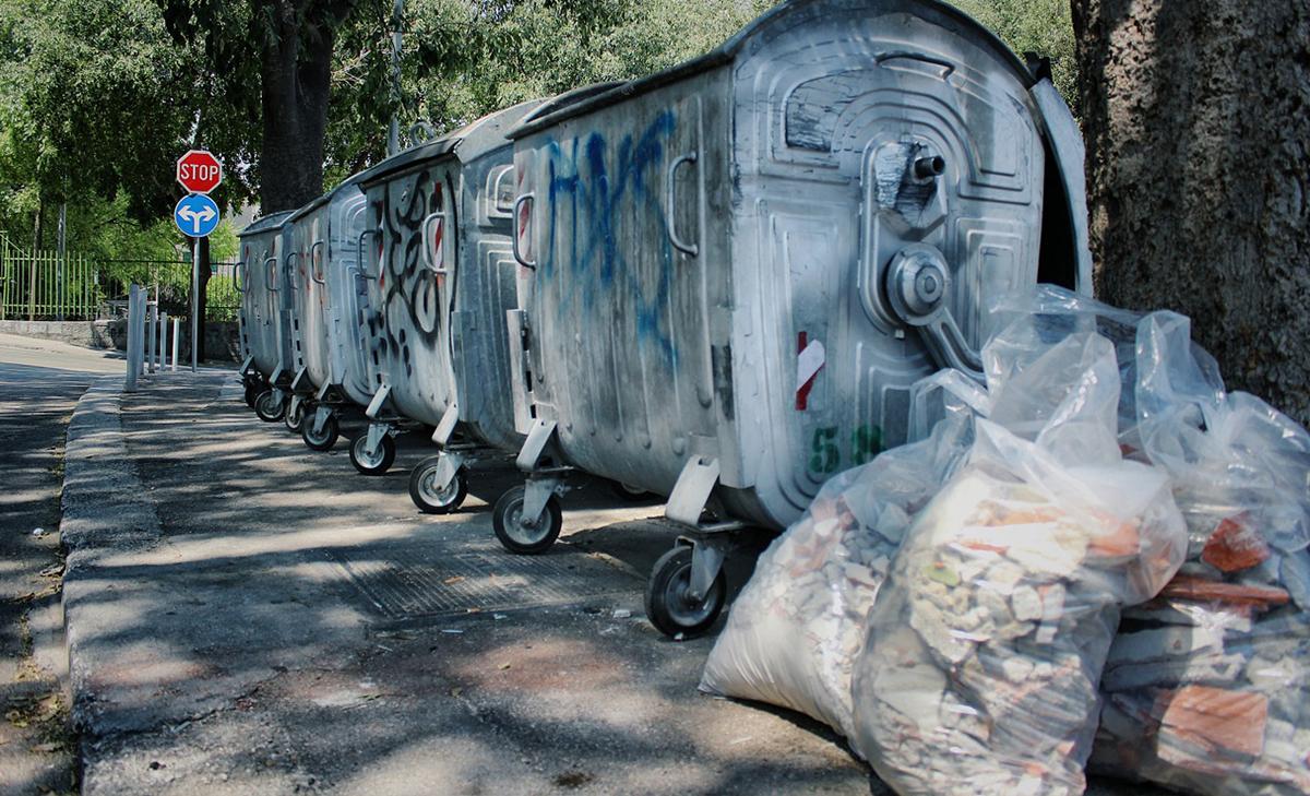 Строительный мусор у контейнеров