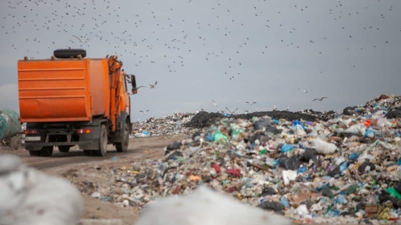 Фото мусоровоза на свалке