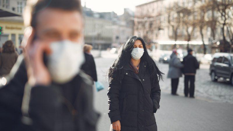 Фото людей на улицах в масках