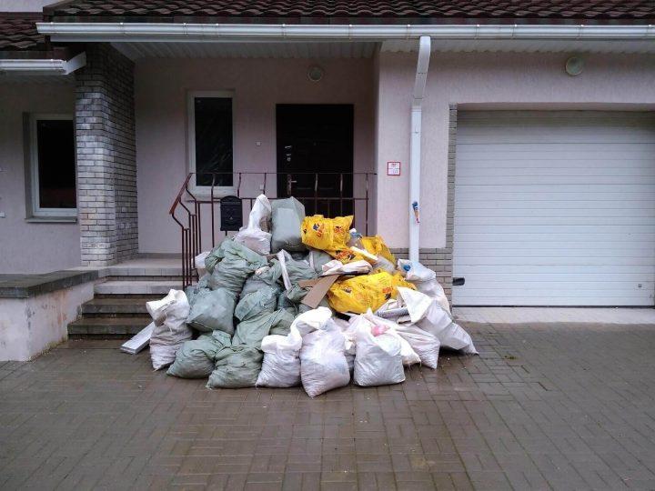 Куча строительного мусора перед подъездом