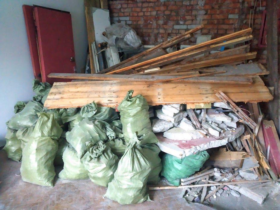 Куча строительного мусора в квартире