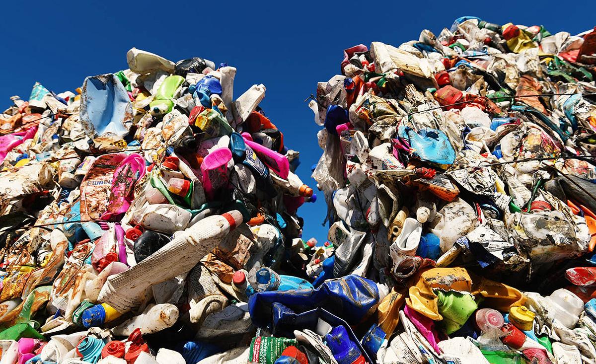 Прессованный мусор на свалке