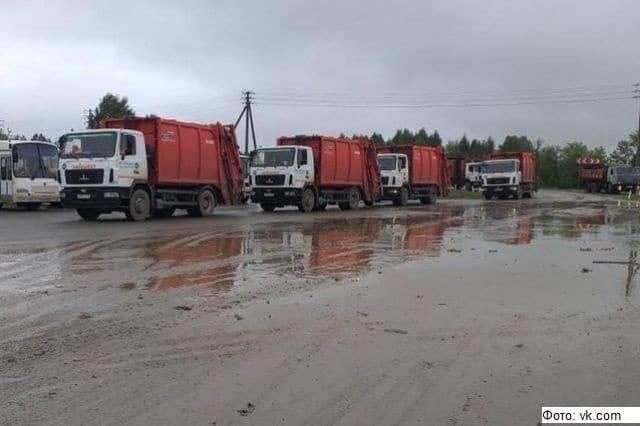 Из-за дождей челябинские мусоровозы застряли на полигоне