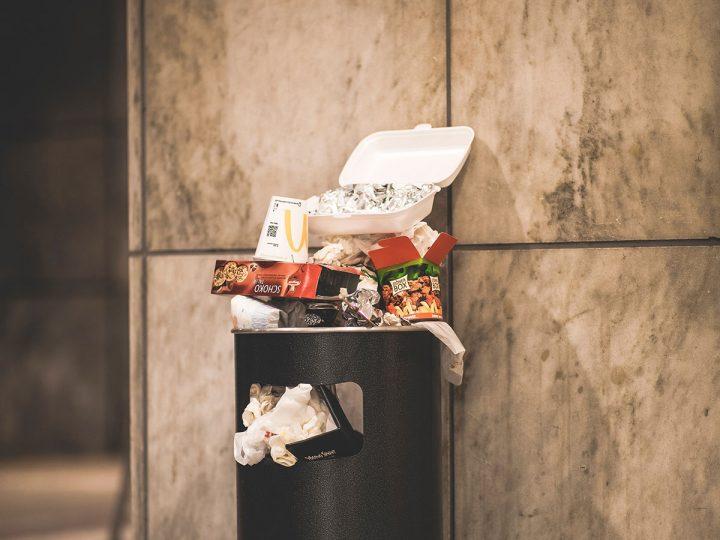 Полная уличная урна для мусора