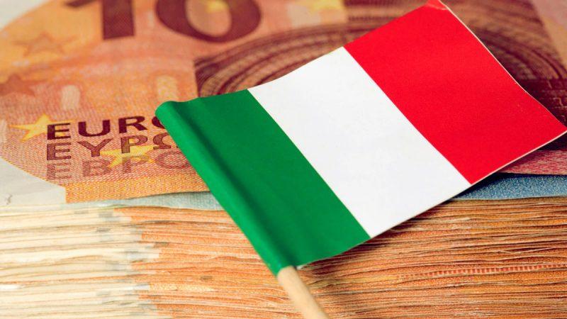 Итальянский флаг на пачке денег Евро
