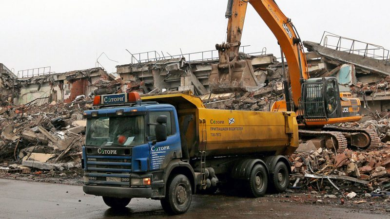 Погрузка строительных отходов в самосвал